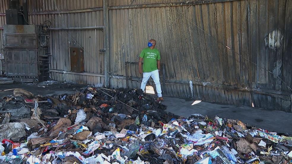 Incêndio destruiu 150 toneladas de materiais recicláveis em Orlândia (SP) — Foto: Marcelo Moraes/EPTV