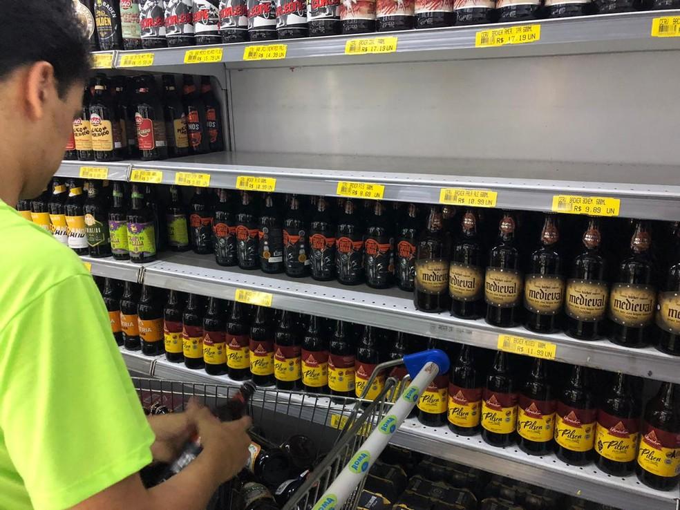 Supermercado em Belo Horizonte retira cervejas da Backer de pratelheira — Foto: Danilo Girundi/TV Globo