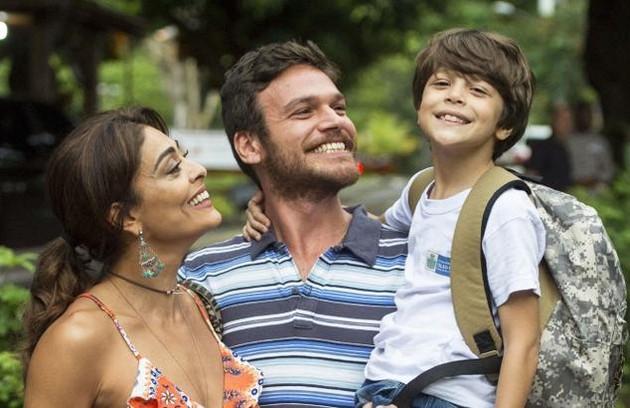 Mas ela termina com Caio e se envolve com o garçom Rubinho (Emilio Dantas), com quem se casa e tem um filho, Dedé (João Bravo) (Foto: Reprodução)