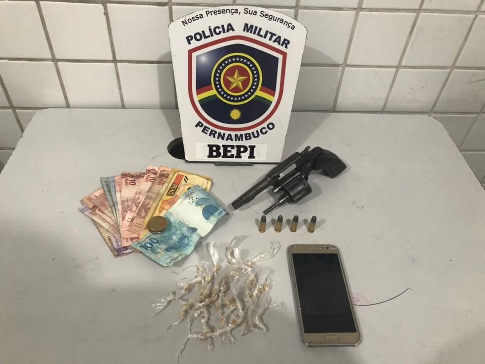 Crack, arma de fogo, celular e dinheiro foram apreendidos  (Foto: Bepi/Divulgação)
