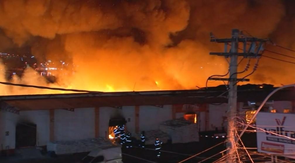 Teto da loja desabou após ser consumido pelo fogo (Foto: Reprodução/TV TEM)