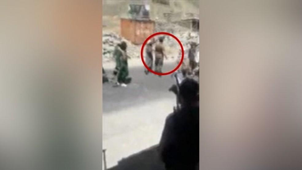 Momentos depois, Abdul Sami, visto no círculo vermelho, foi morto a tiros — Foto: BBC