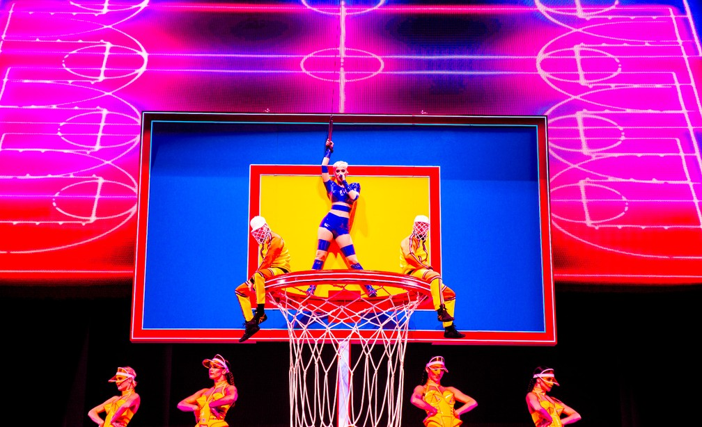 -  Katy Perry canta em cesta gigante de basquete durante a Witness Tour  Foto: Rony Alwin/Divulgação