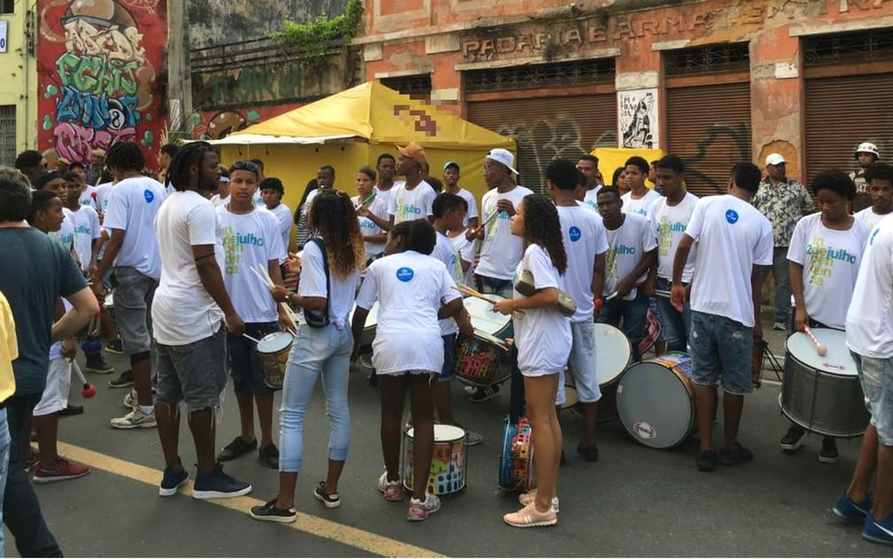 Jovens que integram grupo percussivo se arrumando antes do cortejo no festejo ao Dois de Julho em Salvador — Foto: Alan Oliveira/G1