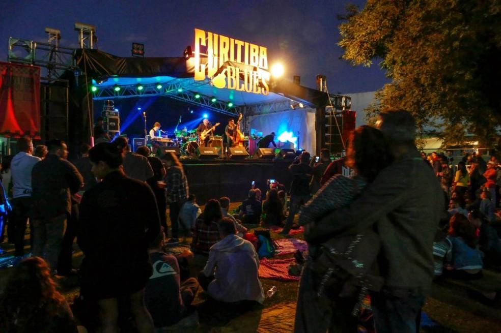 Evento reúne os principais músicos de blues de Curitiba com música ao vivo o dia todo,  opções gastronômicas, chope artesanal, recreação infantil, feira de adoção e várias atividades. — Foto: Divulgação.