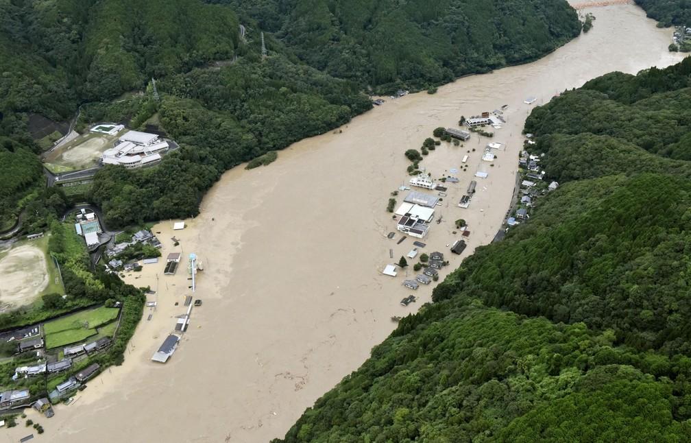 Vista aérea mostra o Rio Kuma inundando Yatsushiro, em Kumamoto — Foto: Kyodo / via AP Photo