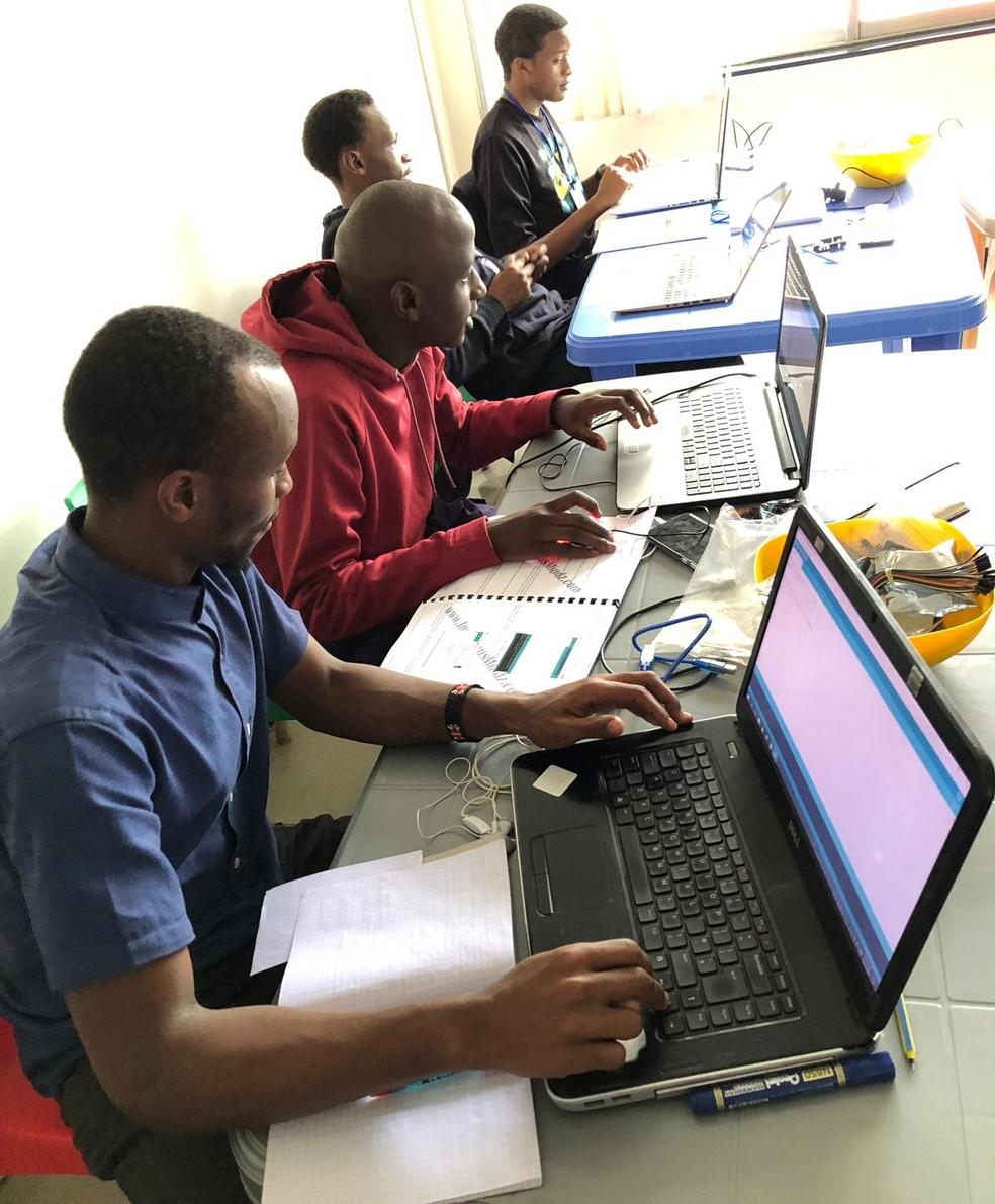 Brasileiro levou aulas de robótica a africanos — Foto: Carlos Rapelli/Arquivo pessoal
