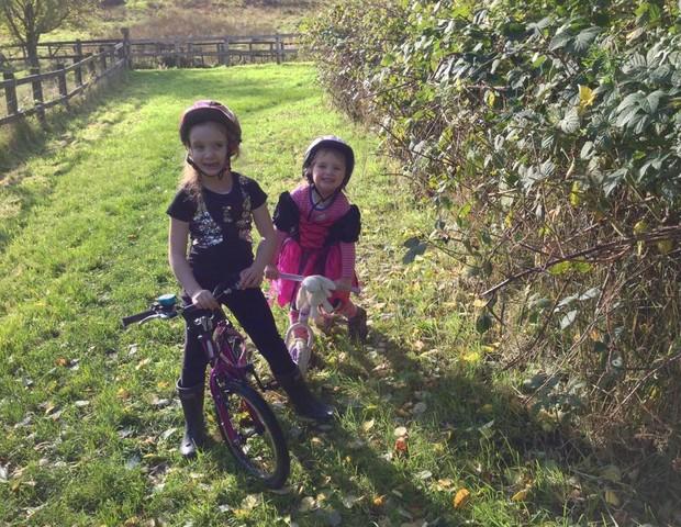 Eleanor com a irmã (Foto: Reprodução Facebook)