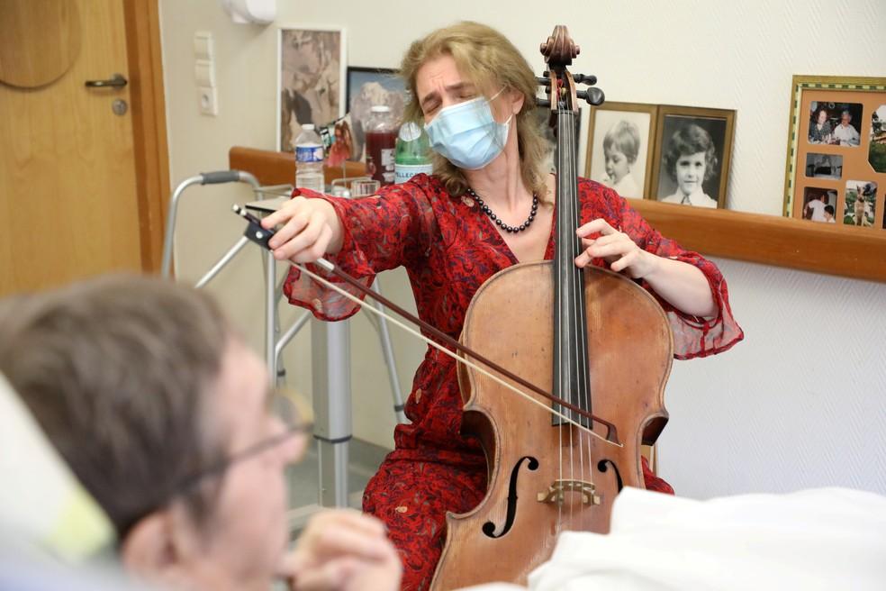 Violoncelista Claire Oppert toca para pacientes terminais em Paris  — Foto: Reuters/Yiming Woo