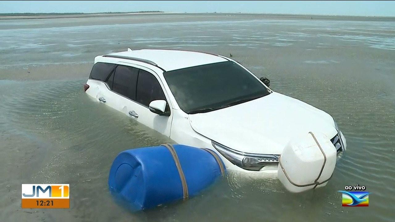 Após atolar pela subida da maré, carro fica preso na praia de Panaquatira, no MA - Notícias - Plantão Diário
