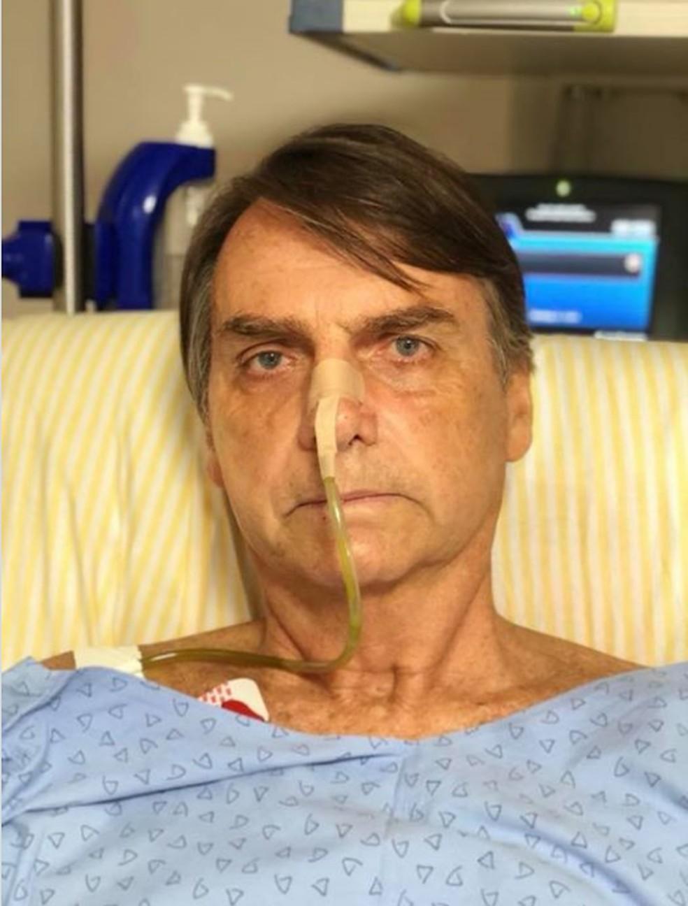 Jair Bolsonaro no quarto do hospital onde se recupera de uma facada no abdômen — Foto: Reprodução/Facebook