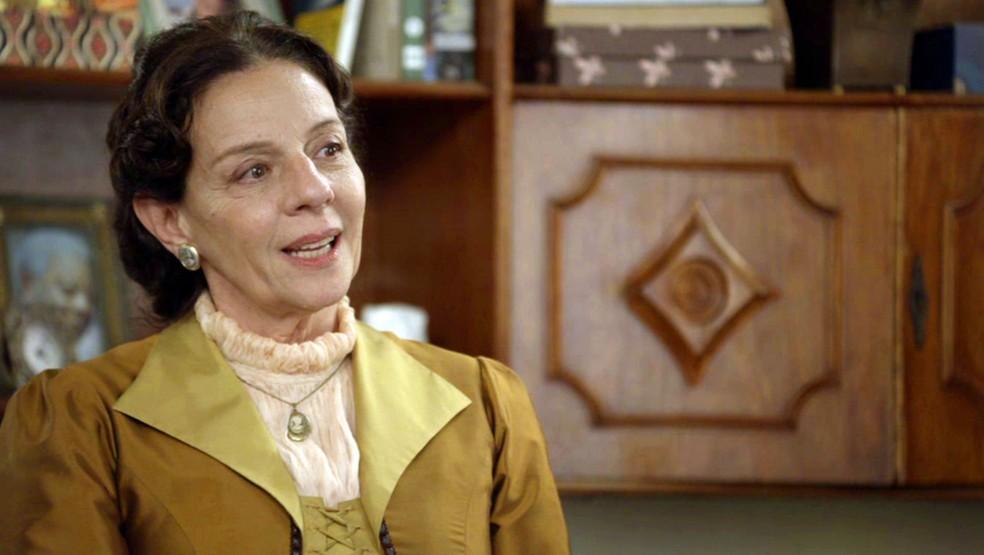 Dona Agustina ouve a história de vida de Carmen (Foto: Globo)
