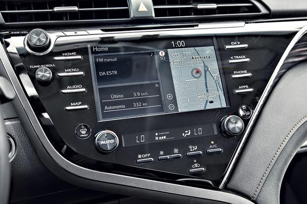 A central multimídia da Toyota tem respostas lentas e gráficos datados (Foto: Fabio Aro/Autoesporte)
