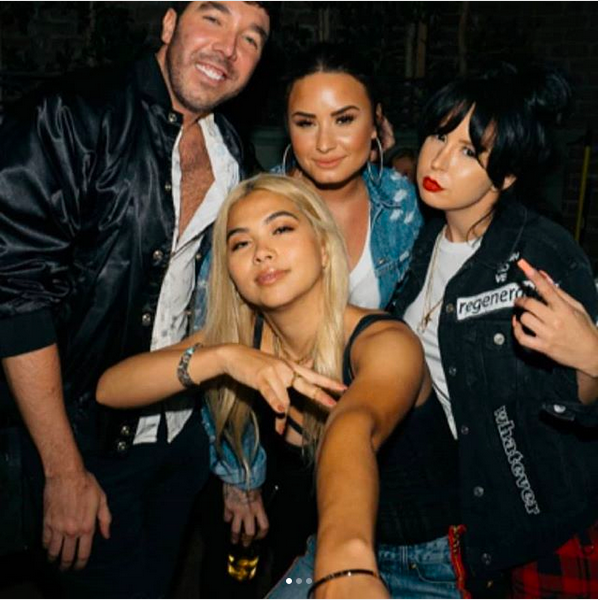 A foto polêmica de Demi Lovato com um copo de bebida em uma das mãos (Foto: Instagram)