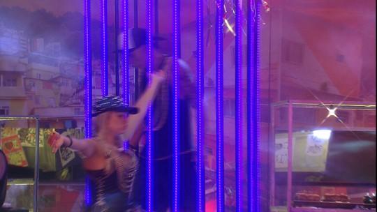 Ayrton dança dentro de gaiola na Festa Funk