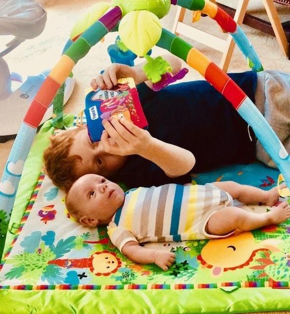 Jake e Mikey brincam no tapete de atividades (Foto: Reprodução Instagram)