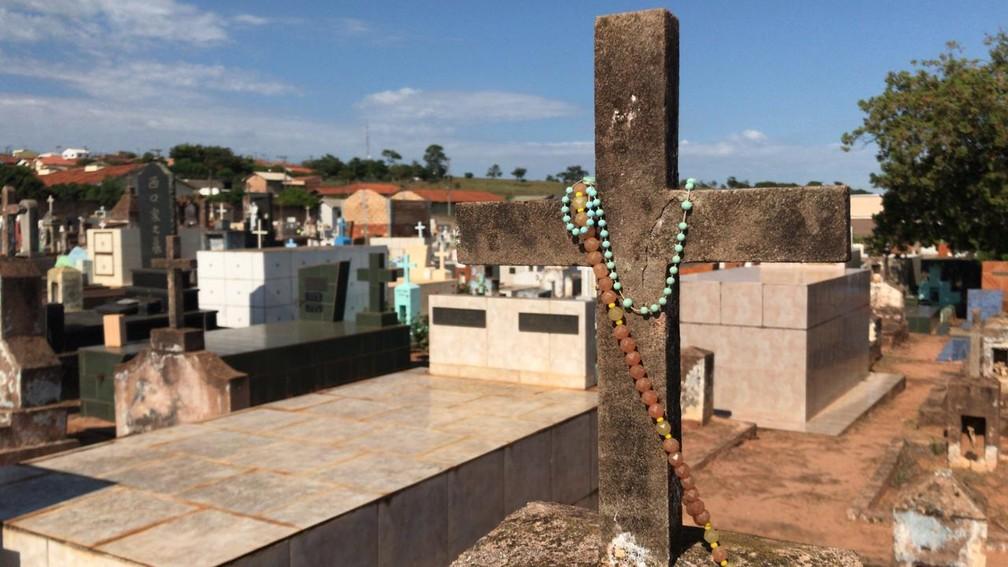 Vítimas de acidente com caminhão e ônibus em Taguaí são enterradas — Foto: Carlos Dias/G1