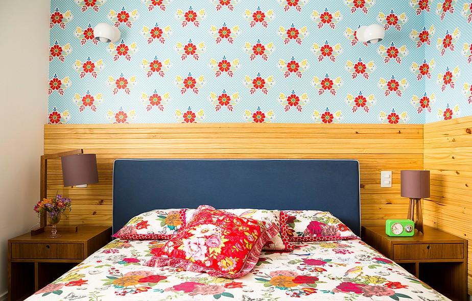 Acima da cabeceira de pínus fosco, foi usado o papel de Catalina Estrada, que trouxe cor e charme para o quarto. Apartamento da arquiteta Letícia Arcangeli