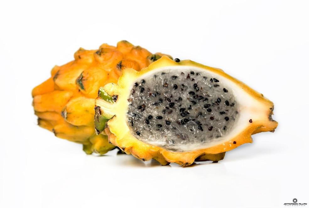 Pitaya pode ser branca por dentro com pele amarela — Foto: Jefferson Allan/VC no TG