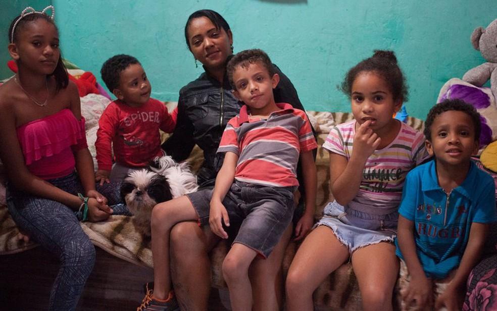Renata com cinco de seus sete filhos, que cria vendendo marmitex na Cracolândia  (Foto: Felix Lima/BBC Brasil)
