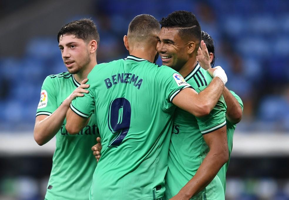 Benzema abraça Casemiro após o gol do Real Madrid — Foto: Getty Images