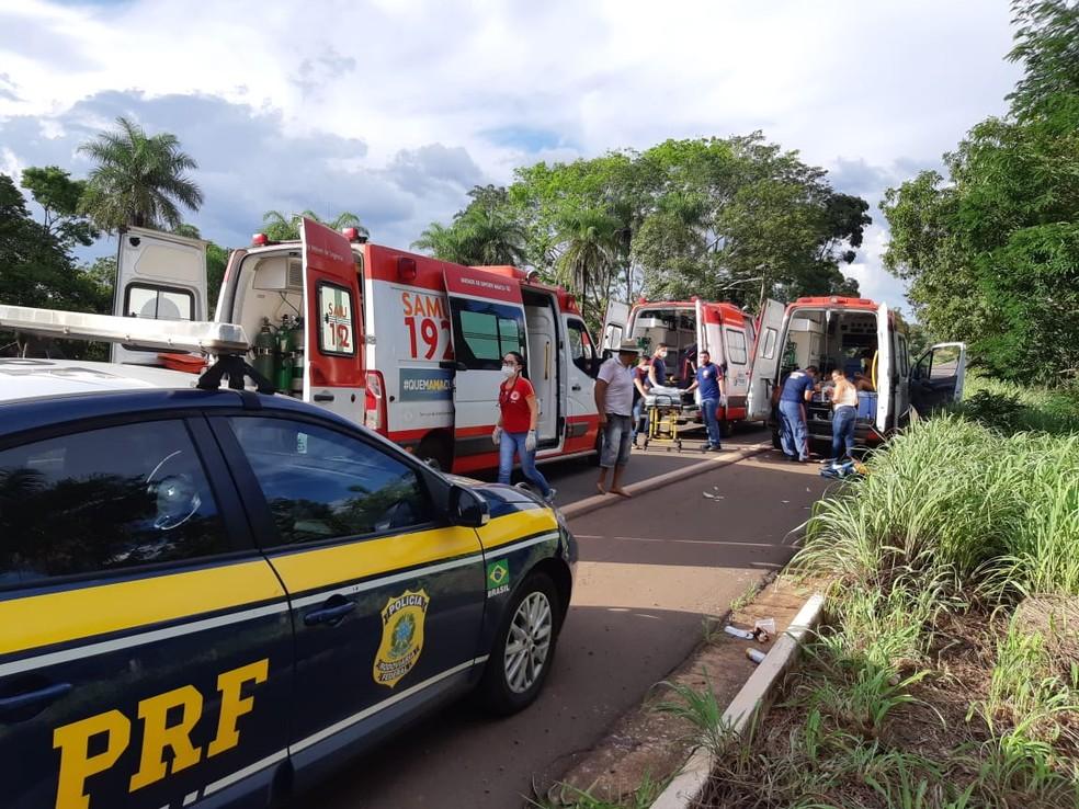 De acordo com a PRF, foram necessárias três ambulâncias do Samu para prestarem socorro às vítimas — Foto: Divulgação/Polícia Rodoviária Federal