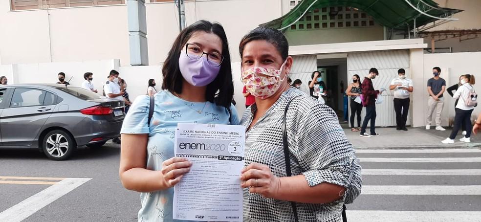 Dona de casa Fabiana Silveira, de 43 anos e a filha, Geovana Silveira, de 18, fazem prova do Enem em mesma escola no AM — Foto: Eliana Nascimento/G1 AM