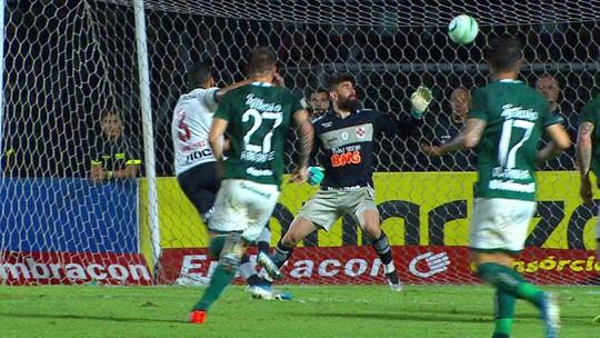 Sequência de pixotadas do Vasco termina em gol contra bizarro; veja
