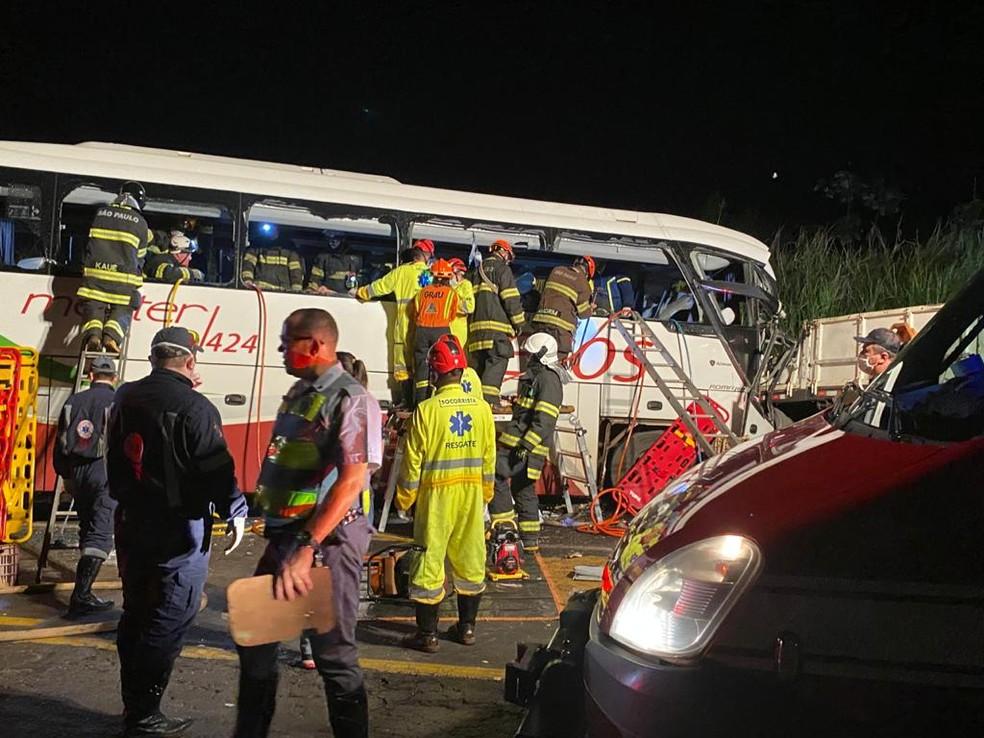 Acidente em Parapuã deixou 7 mortos e 32 feridos na noite desta segunda-feira (21) — Foto: Bill Paschoalotto/TV Fronteira