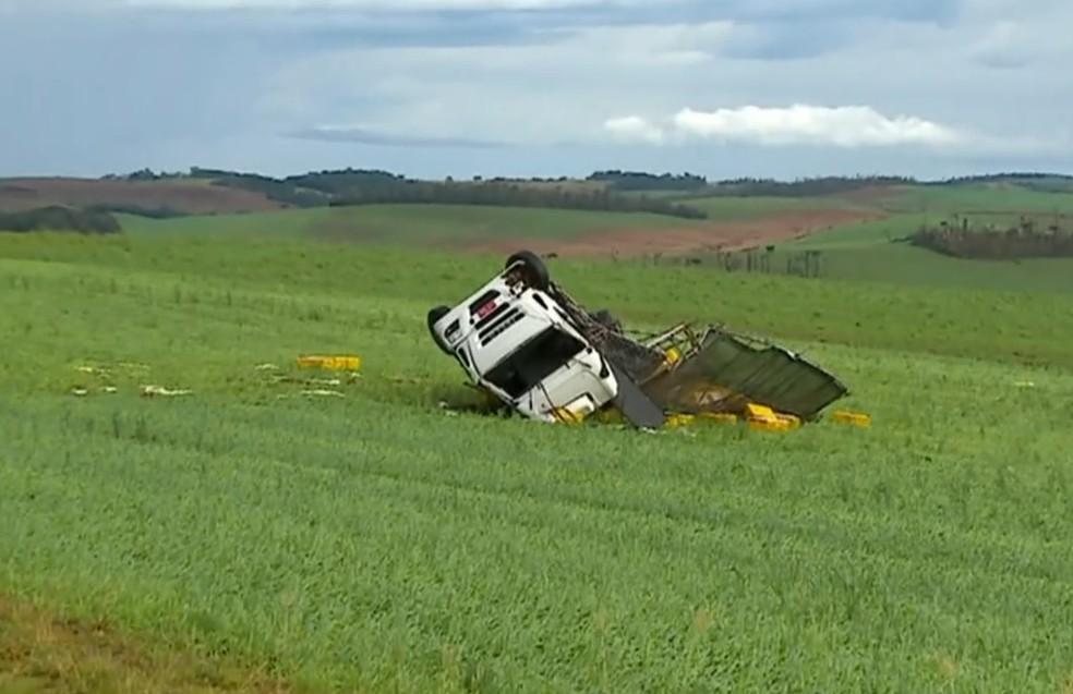 Caminhão foi arrastado até o meio de lavoura com a força do vento (Foto: Reprodução/RBS TV)