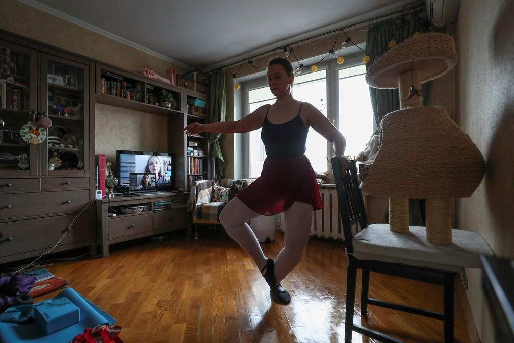 2 de abril - Bailarina Anastasia Osipova pratica balé na sala de sua casa, em Moscou  — Foto: Evgenia Novozhenina/Reuters