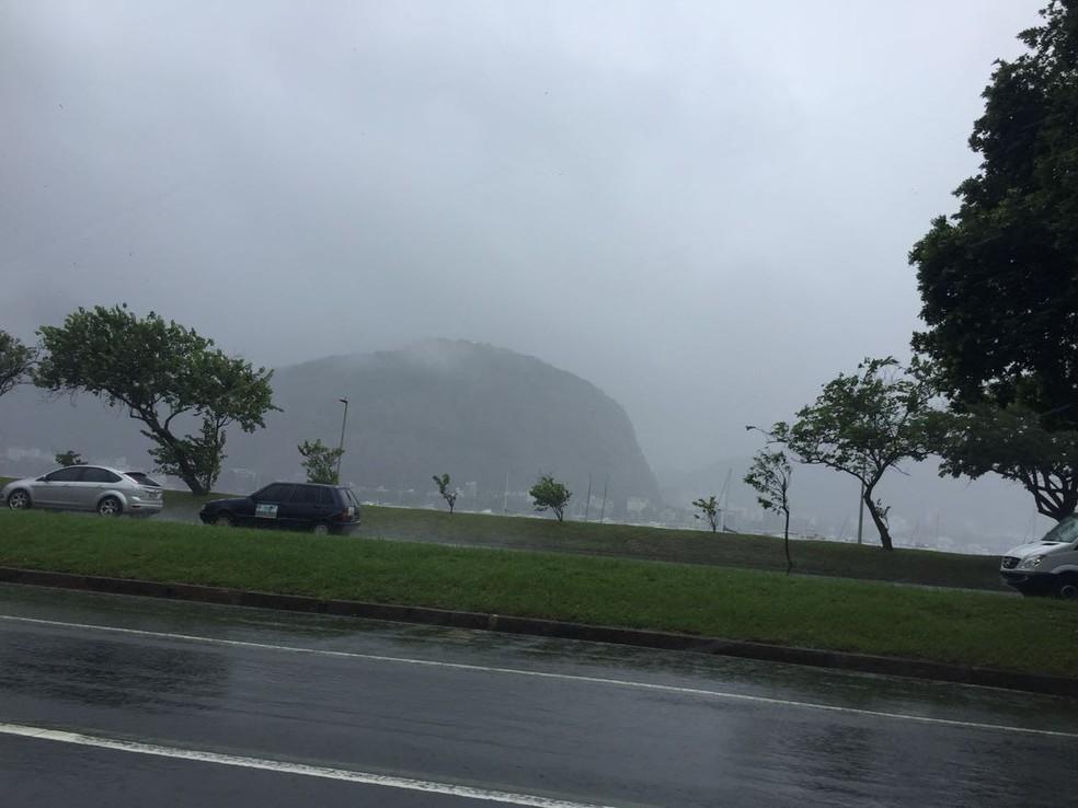 Pão de Açúcar some na paisagem carioca com a chuva (Foto: Daniel Silveira/G1)