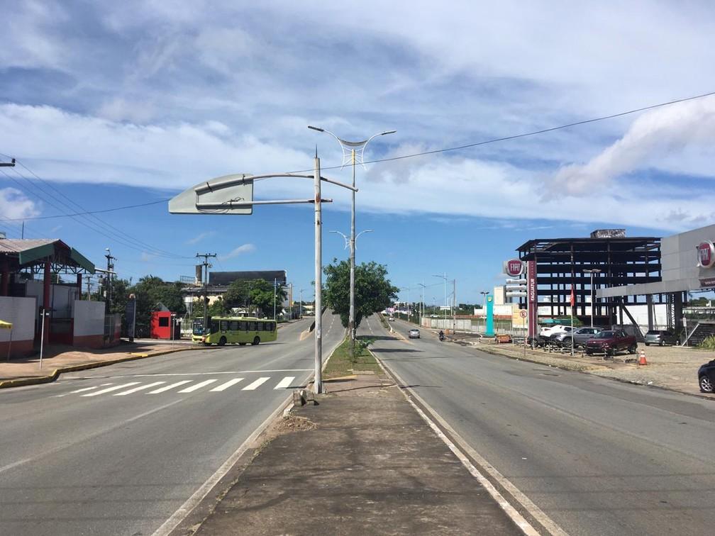 Avenida Daniel de la Touche, em São Luís, completamente vazia na manhã desta quinta-feira (5) — Foto: Rafaelle Fróes/G1