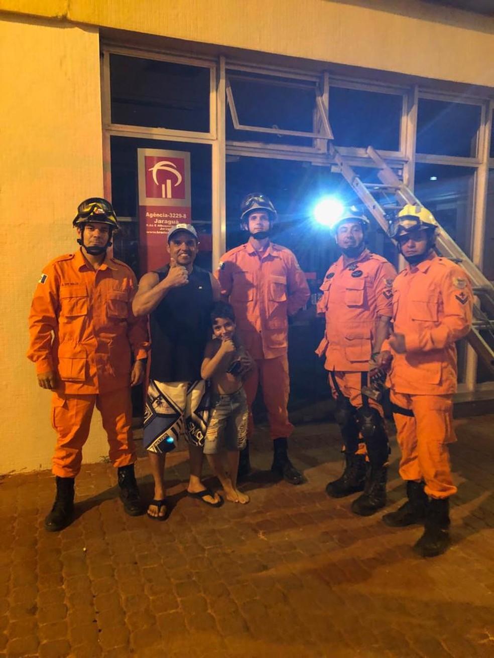 Pai e filho, que ficaram trancados em agência bancária em Maceió, após serem resgatados pelos bombeiros — Foto: Divulgação/Corpo de Bombeiros de Alagoas