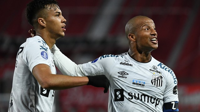 Kaio Jorge e Sánchez comemoram gol do Santos