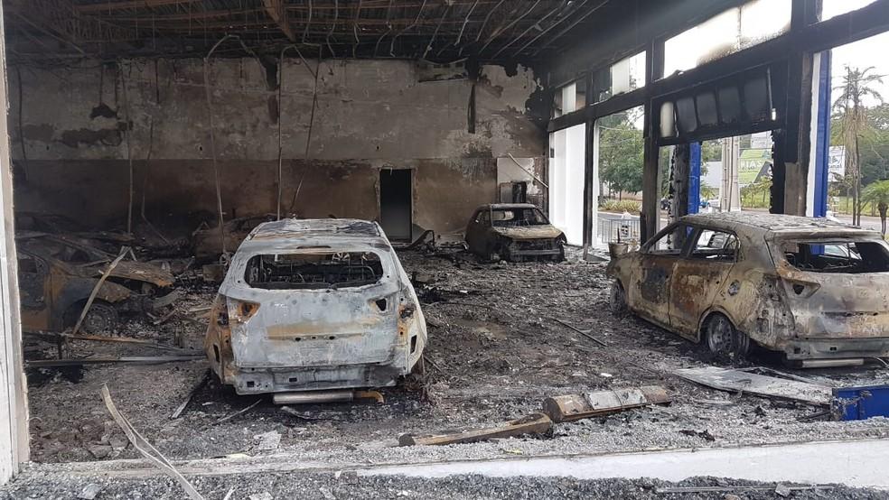 Doze carros foram destruídos com o incêndio na concessionária em Araçatuba — Foto: Arquivo Pessoal