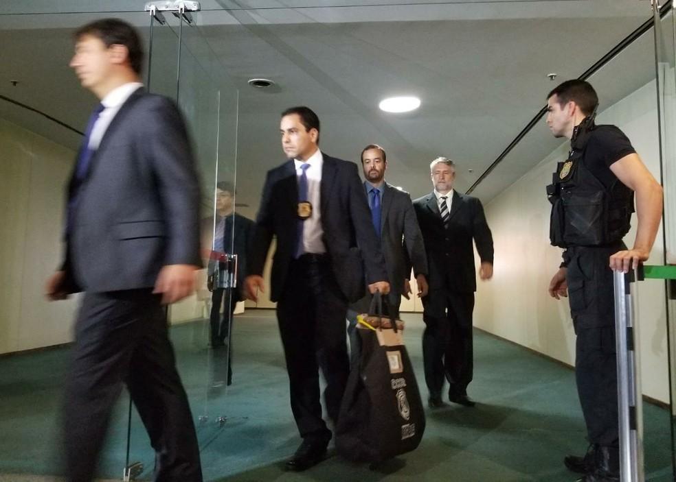 Policiais deixam gabinete do deputado Carlos Gaguim na Câmara (Foto: Bernardo Caram, G1)
