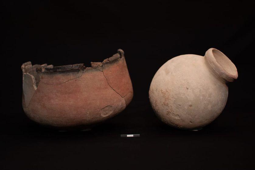 Fragmentos de jarras encontrados na sepultura de mulher (Foto: Divulgação/ Ministério das Antiguidades)