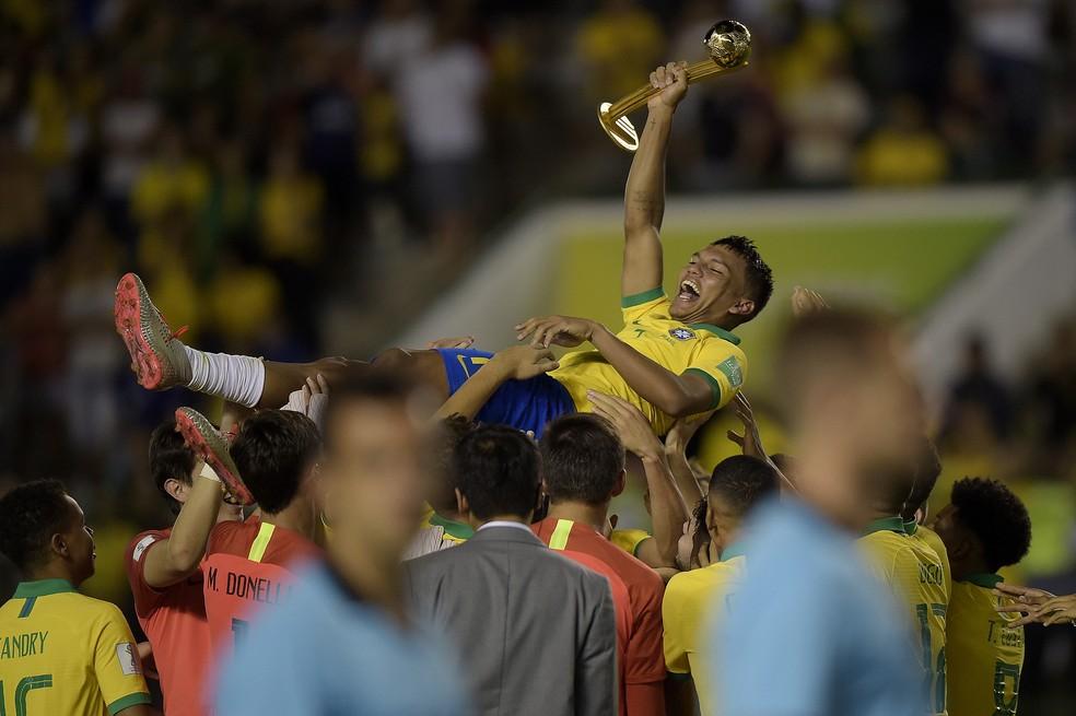 Veron é festejado pelos companheiros com o prêmio de melhor jogador do Mundial Sub-17 — Foto: Alexandre Loureiro/CBF