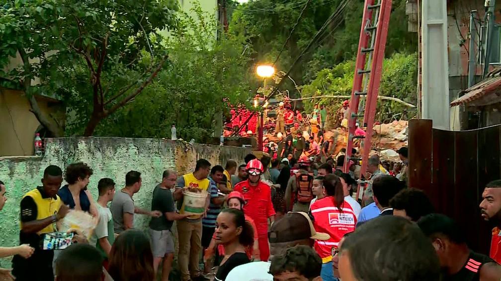 Trabalhos de busca por vítimas após deslizamento em Niterói (RJ) — Foto: Reprodução/TV Globo