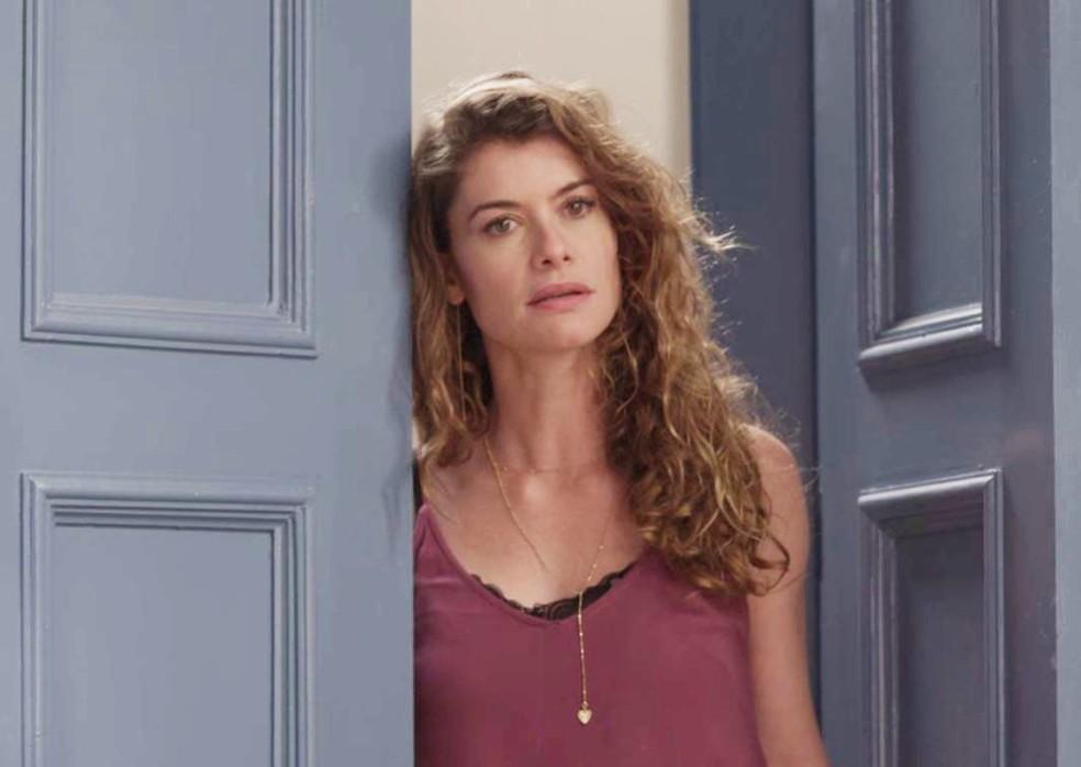 Isabel entra em quarto de Alain e relembra momentos com o ex-noivo — Foto: TV Globo