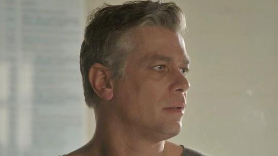 Arthur vê Eliza se declarando para Jonatas e fica arrasado
