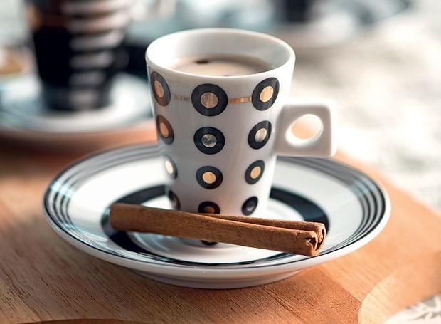 Para dar uma graça e aromatizar o cafezinho, substitua a bandeja por uma tábua de cozinha e a colherzinha por uma canela em pau (Foto: Iara Venanzi/Casa e Jardim)