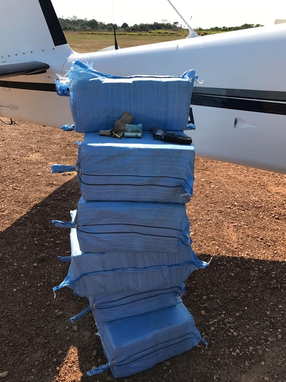 Suspeitos deram versões diferentes de onde saíram: um disse que avião saiu da Bolívia e o outro afirmou que eles saíram de Rondônia (Foto: Polícia Federal de MT/Assessoria)