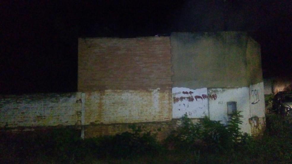 Barracão fica em um lote vago (Foto: Polícia Militar/ Divulgação)