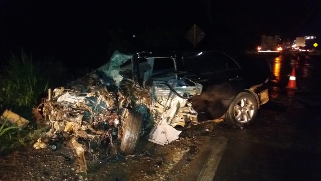 Colisão mata motorista e deixa carro todo destruído na BR-364 - Notícias - Plantão Diário