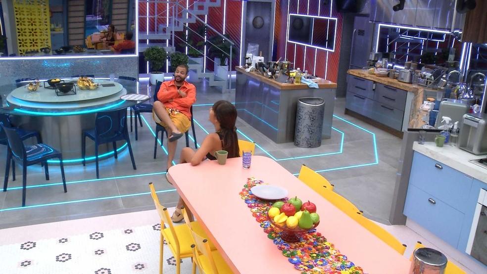 Projota e Thaís conversam sobre casais do BBB21e brother comenta: 'É uma possibilidade' — Foto: Globo
