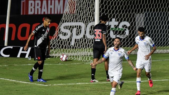 Renato comemora o segundo gol do Avaí contra o Vasco