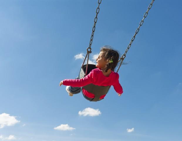 criança autista no balanço (Foto: Thinkstock)