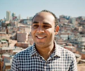 """Gilson Rodrigues, 35 anos, se define como empreendedor social, consultor e líder comunitário na favela de Paraisópolis E  também é o """"Gilson do G10"""", o coordenador nacional do bloco que reúne as dez principais favelas do Brasil"""